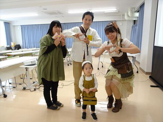 防災学習センターオープンイベント 三立製菓のサエコカンパネラと参加者家族